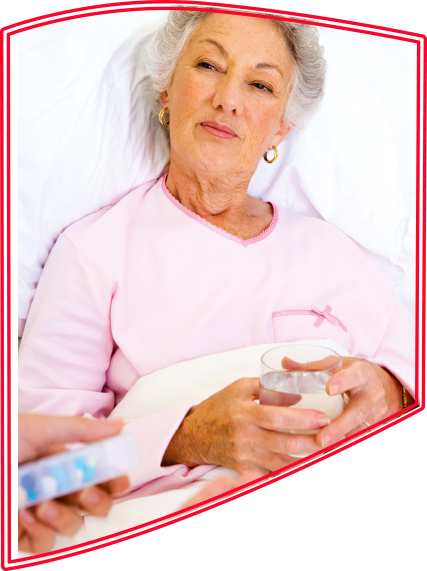 Selbstbewusste ältere Dame erhält im Bett ihre Medizin